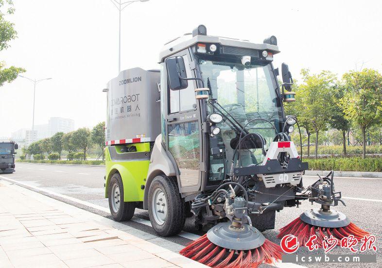酷哇智能驾驶环卫车正在路面作业。  长沙晚报全媒体  记者 邹麟摄