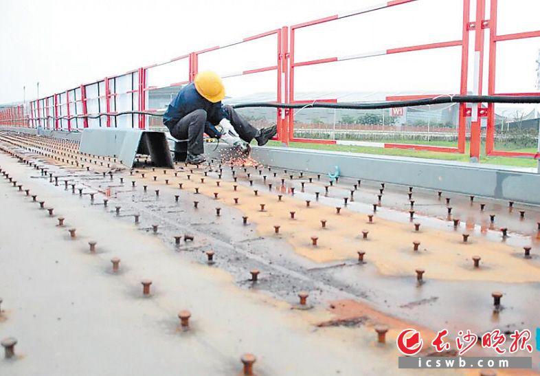 ↑高铁新城步行廊桥项目现场,焊接工人在作业。