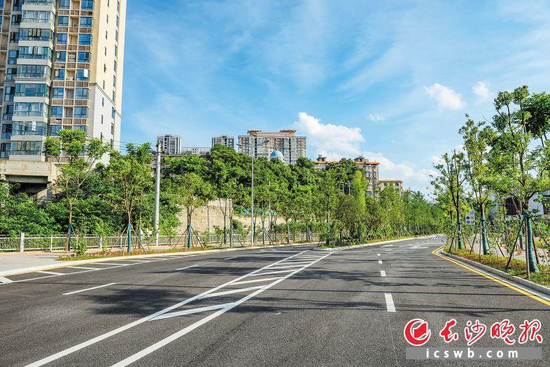 加紧赶工的雅塘冲路雏形初现,道路建成后,将贯通韶山路与洞井路,完善长沙南部地区路网结构。陈飞摄