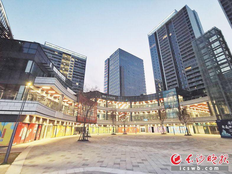 现代服务业蓬勃兴起,一个个城市综合体拔地而起。复地星光天地项目已完成80%的招商,未来这里将为雨花集聚更多人流商流。资料图片