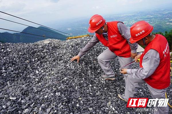 雅中 - 江西 ±800 千伏直流输电线路工程监理项目部检查基础原材料质量.jpg