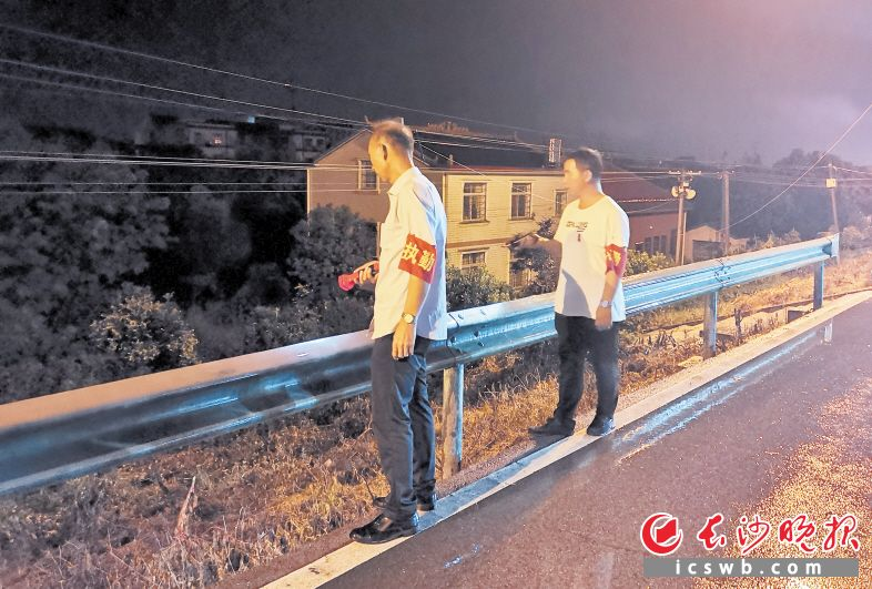 ←望城区乔口镇,党员干部夜晚沿撇洪河巡堤查险。