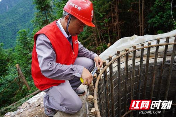 雅中 - 江西 ±800 千伏直流输电线路工程监理项目部进行基础钢筋验收.jpg