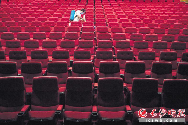 ↓每场电影放映完毕,影院的工作人员就会对座位进行一次消毒。 均为长沙晚报全媒体记者黄启晴摄