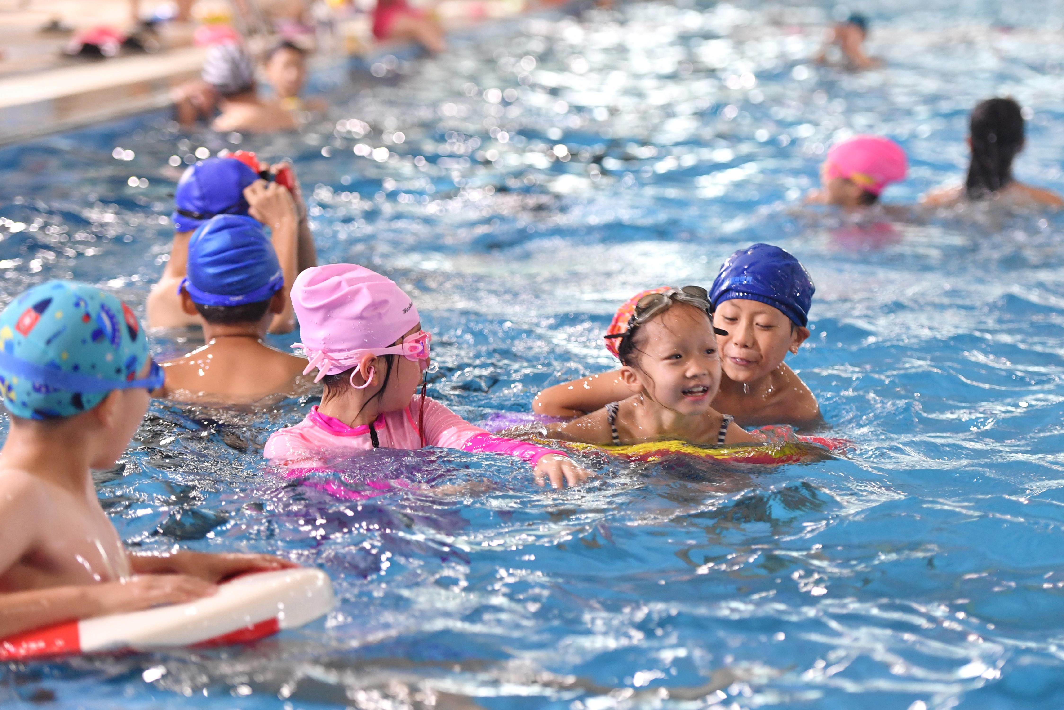 7月20日,位于开福区的广运体育城市海洋游泳馆内,孩子们在水中享受清凉。今日开始至8月28日,长沙26家游泳场所暑期向中小学生免费开放。  均为长沙晚报全媒体记者王志伟摄