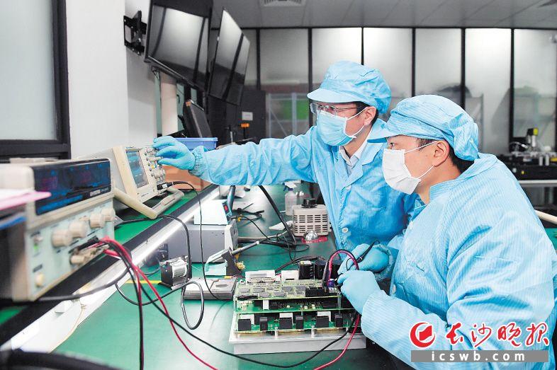 在湖南凯源电子科技有限公司,工作人员对设备进行维修维护。 长沙晚报全媒体记者 王志伟 摄