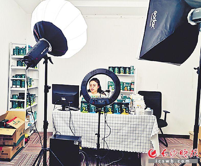 疫情防控期间,隆平高科技园企业举行直播销售活动。周和平 摄