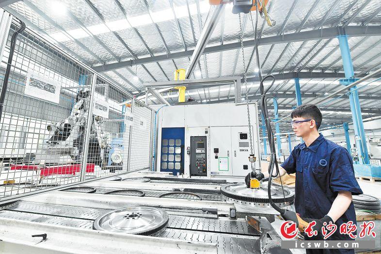 飞斯特机械将机加车间由传统流水线改为环形布置,用一个可移动机器人实现综合上下料和自动检测优化,每班产量提高50%。   王志伟 摄