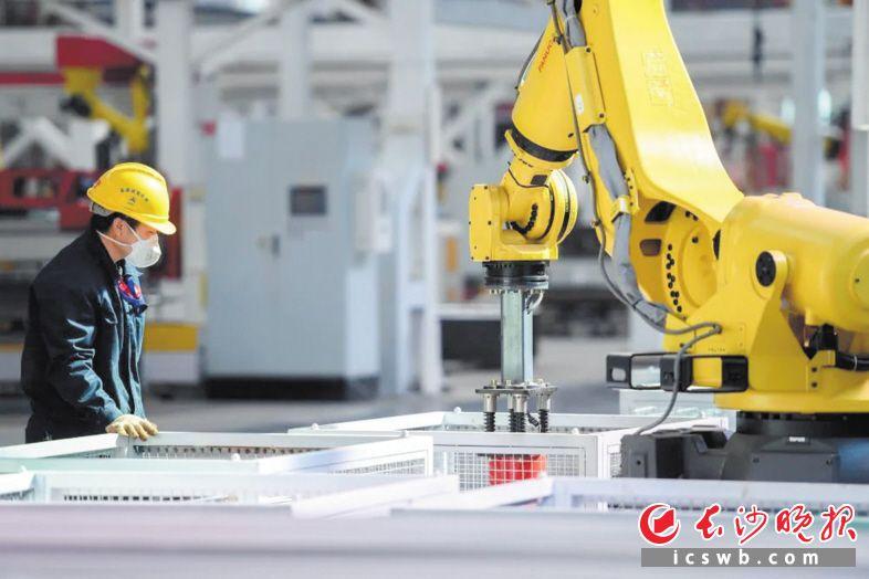"""在三一车间,工程技术人员正在测试新""""入职""""的机器人,三一智能制造展现新气象。  资料图片"""