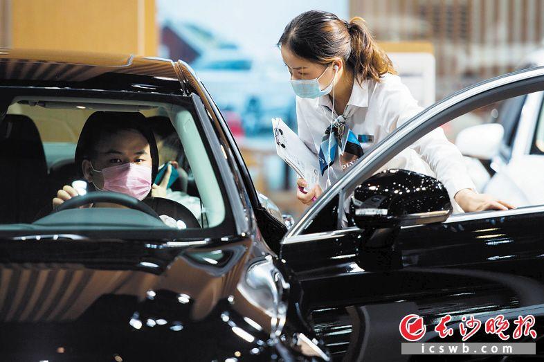 做足防护确保安全,2020湖南车展人气旺。图为顾客在选购车辆。资料图片 长沙晚报全媒体记者 黄启晴 摄