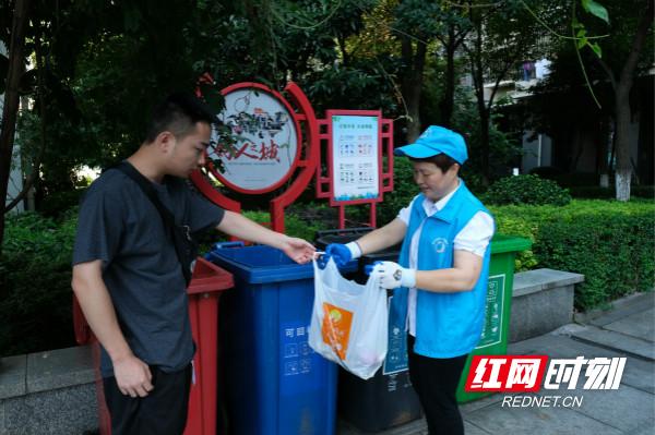 垃圾分类桶边指导员黄学农在小区劝导垃圾分类_meitu_7.jpg