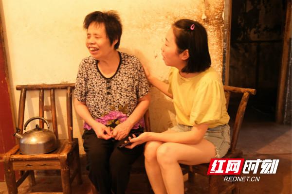 板桥社区4号网格员彭青青来到汤奶奶家中,了解其生活近况,帮助老人进行养老生存认证。_meitu_6.jpg