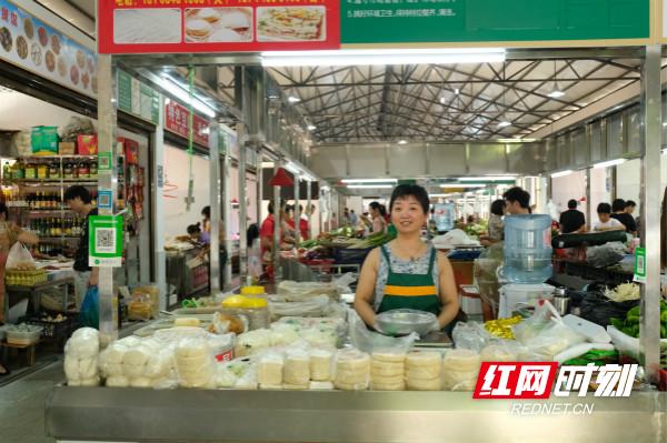 板桥菜市场里,经营面食的李姐由原来的露天营业搬入了敞亮的市场。_meitu_5.jpg