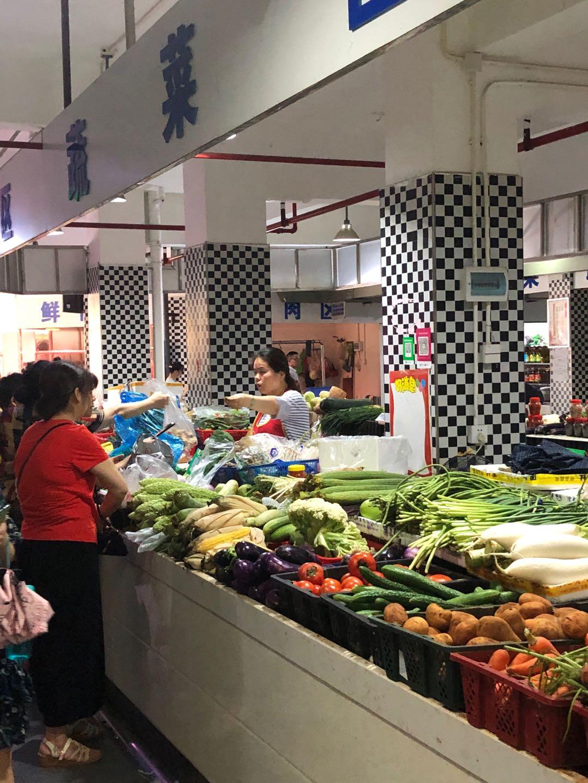 德政园农贸市场的蔬菜摊位。