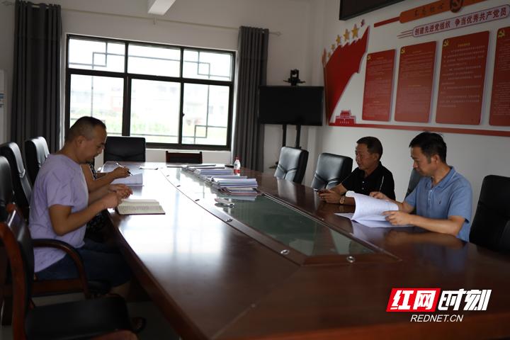 胡华深知,杨家溪要发展,首要任务是要有一支坚强而有凝聚力的村委班子,因此学习成了常态。.jpg
