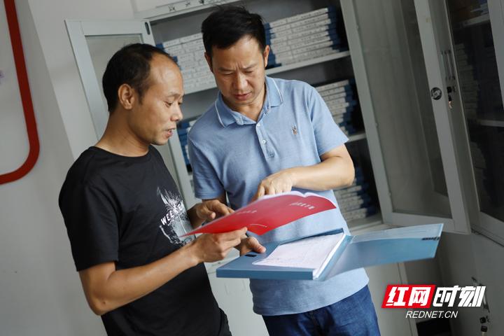 胡华就扶贫中的细节问题与村委班子成员沟通交流。.jpg