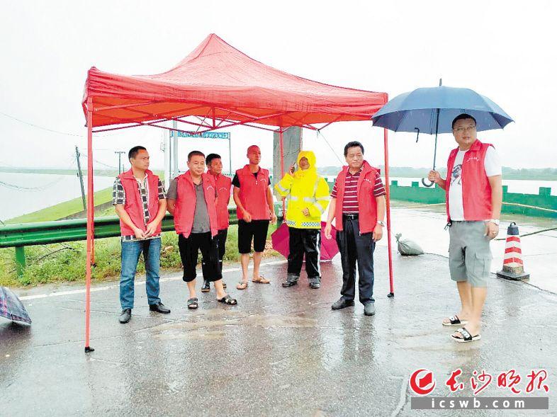 7月27日,宁乡市双江口镇闸坝湖防洪大堤值守人员到岗。    受访者供图