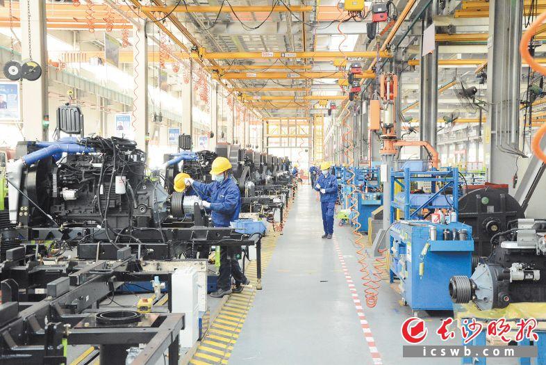 2月5日,盈峰中联环境成为长沙高新区最早复工复产的企业之一,做好防疫措施的工人们在智能装配线上有序忙碌着。岑军 摄