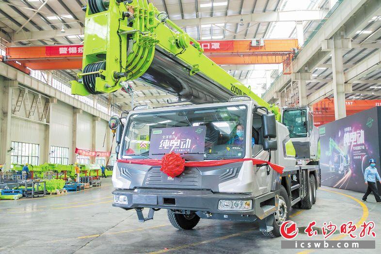 5月7日,中联重科下线全球首台纯电动汽车起重机。中联重科 供图