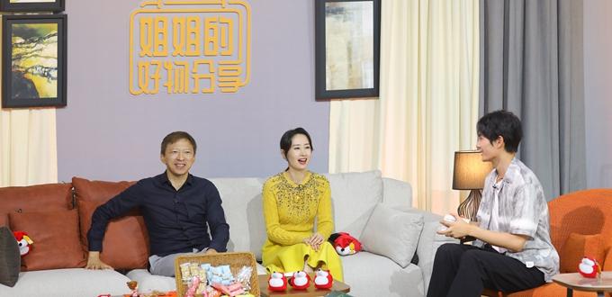 刘敏涛淡黄长裙优雅亮相 与张朝阳直播带货引关注