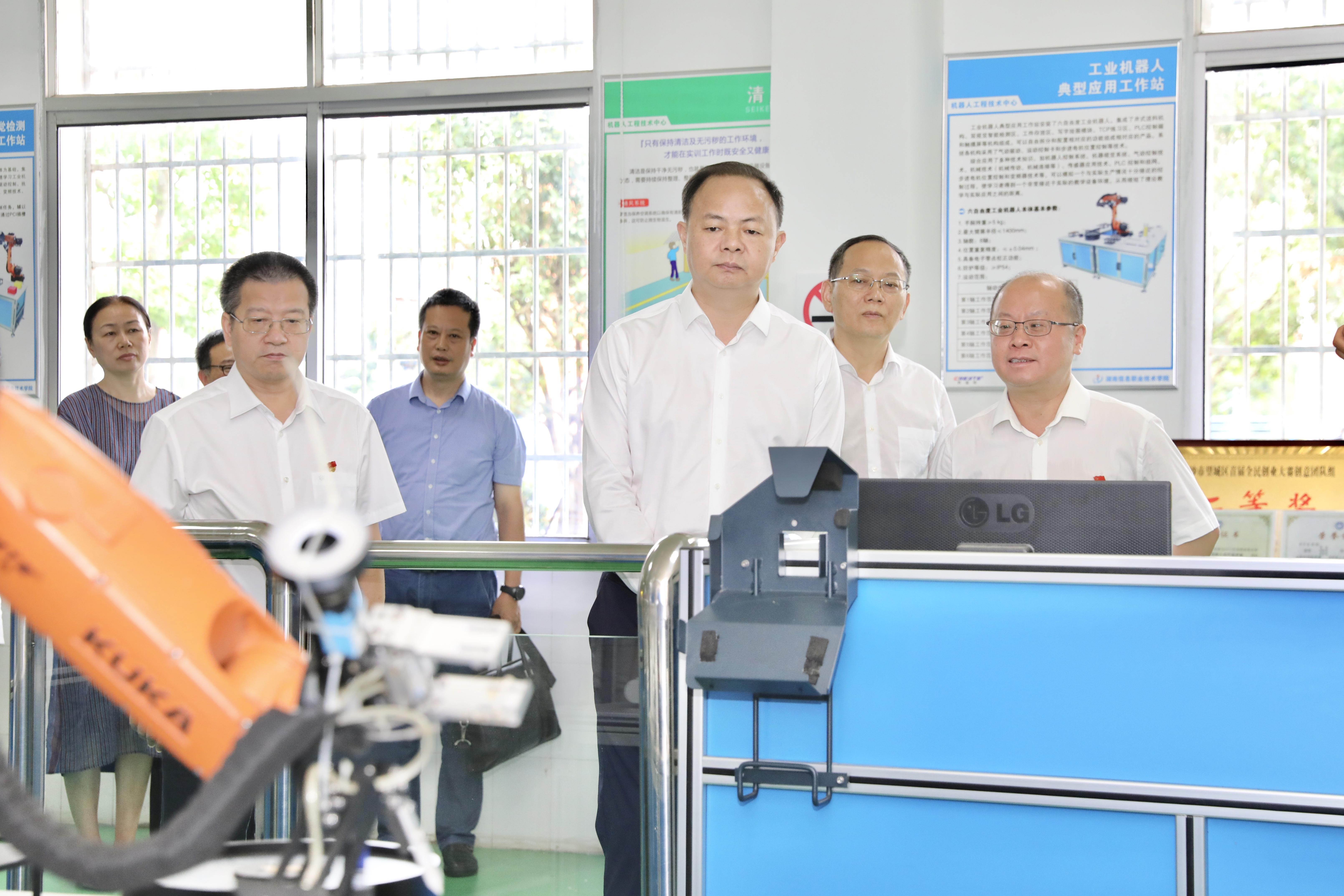 郑建新在湖南信息职院调研。  刘书勤 摄