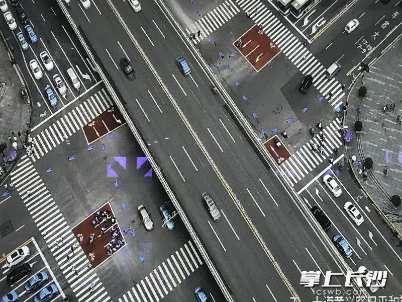 五一大道黄兴路口采用导向车道通行,图为最新监控视频。长沙晚报全媒体记者 张洋子 摄
