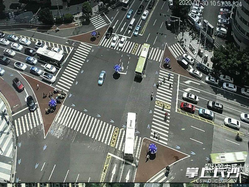 解放路蔡锷路口,设置的红色铺装安全岛内,非机动车与行人一同等候。长沙晚报全媒体记者 张洋子 摄