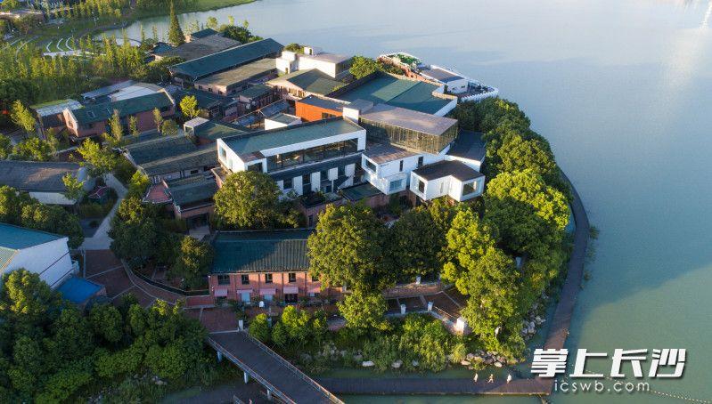 """湖心的岛屿聚集了艺术名家被称为""""大师岛""""。"""