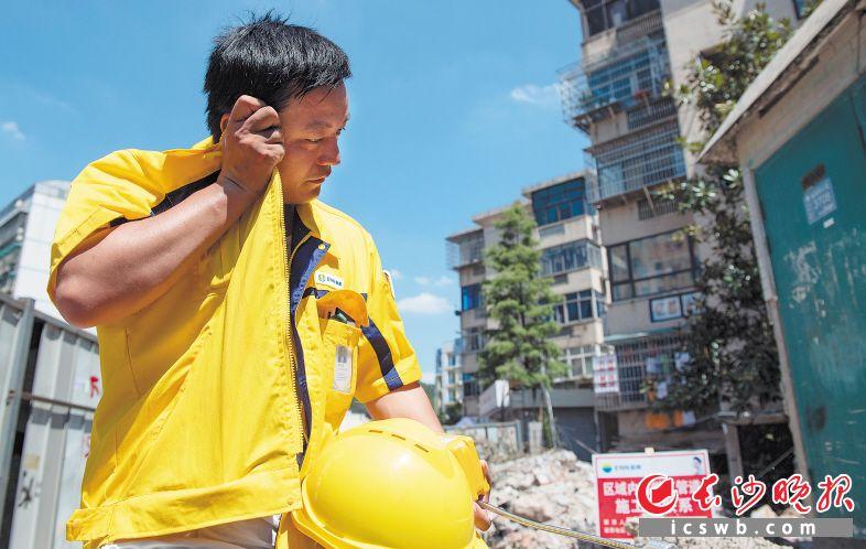 一条线路检测下来,刘川南一身已经湿透,他用衣服擦拭着脸上的汗水。  均为长沙晚报全媒体记者 邹麟 摄