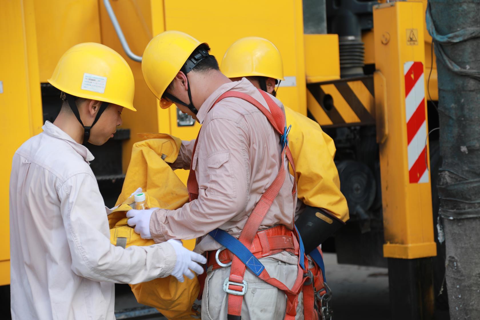 夏日在野外工作的长沙电力工人,衣服被汗水浸透。邓梁 摄