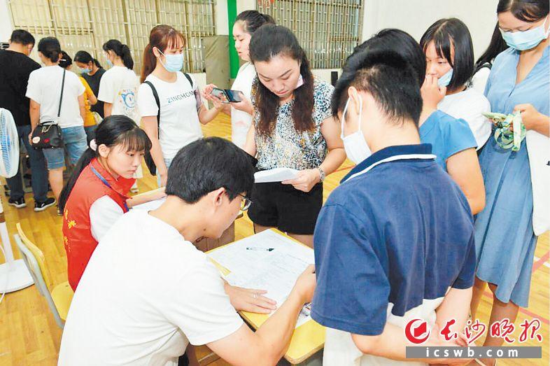 中考志愿填报期间,招生老师在接受学生和家长的咨询。  长沙晚报通讯员 杨威 摄