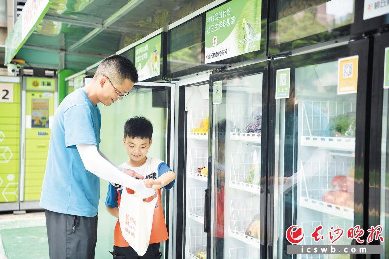 市民在无人智慧生鲜柜选购。  长沙晚报全媒体记者 刘捷萍摄