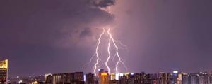 入秋后第一场雷雨袭长沙 绝美闪电照亮天空