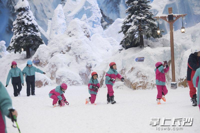 湘江欢乐城欢乐雪域,孩子们避开高温,在这里玩雪。