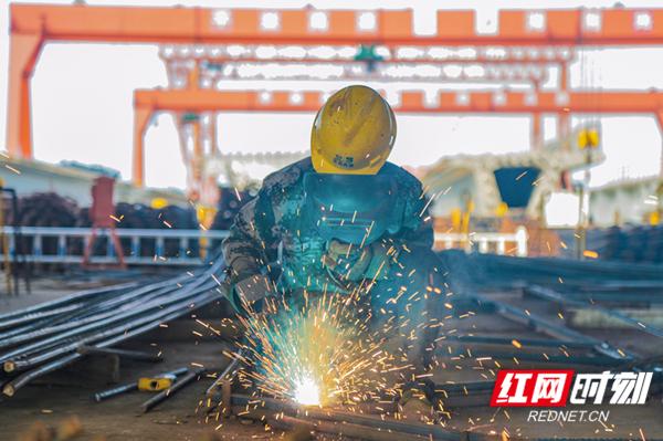 平益高速十五标工人在高温下进行焊接作业(陈右摄)_副本.jpg