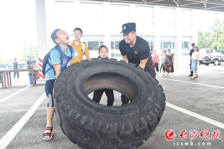"""孩子们和特警一起参加""""翻滚吧,轮胎""""体能比赛。  长沙晚报通讯员 段旖亮 摄"""