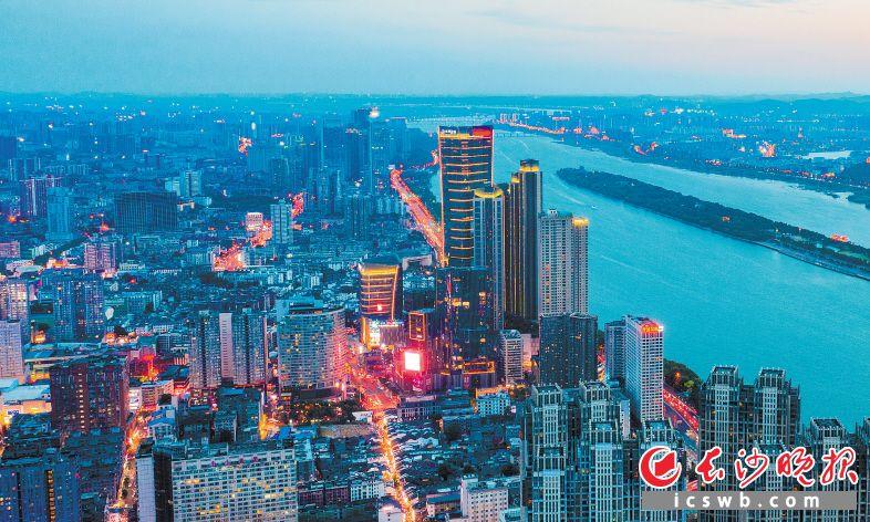 华灯初上,天心区恰如湘江东岸的璀璨明珠。  王斌 摄