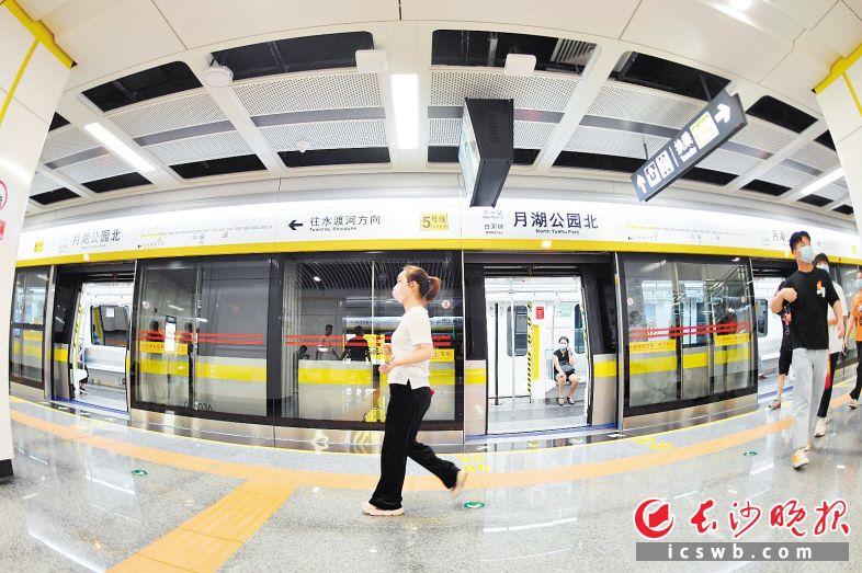 今年6月28日,长沙地铁3号线、5号线开通运营。  王志伟 摄