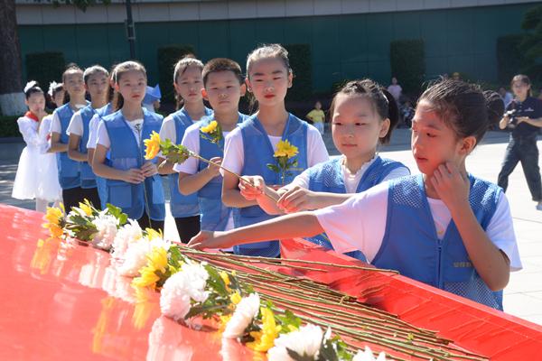 长沙市望城区艺术学校学生代表正在向雷锋同志献花。图片来源:红网 黄藤 摄_副本.jpg