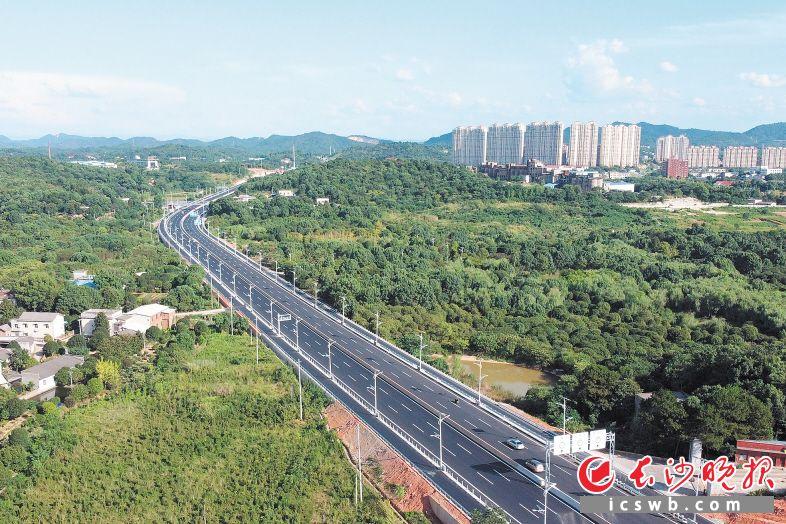 """作为长株潭""""三干一轨""""项目之一的洞株城际公路改扩建工程将于8月28日全线通车。 长沙晚报全媒体记者 王志伟 摄"""