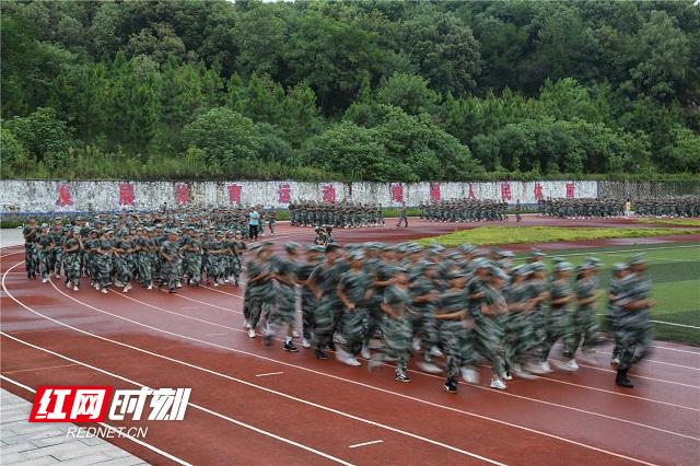 4、2020年8月26日,湖南省永州市零陵区永州一中校内,高一新生在操场跑操。潘爱民摄.jpg