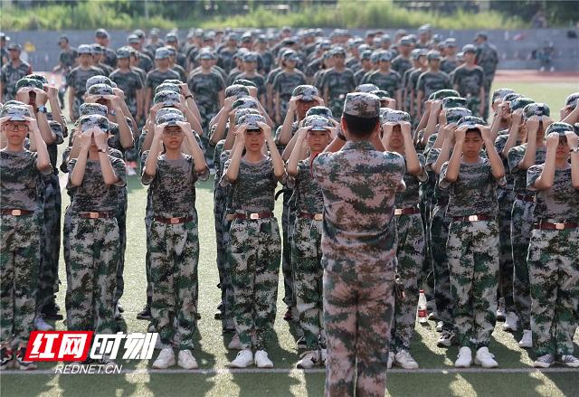 6、2020年8月25日,湖南省永州市零陵区永州一中校内,军训教官教高一新生整理着装。潘爱民摄.jpg