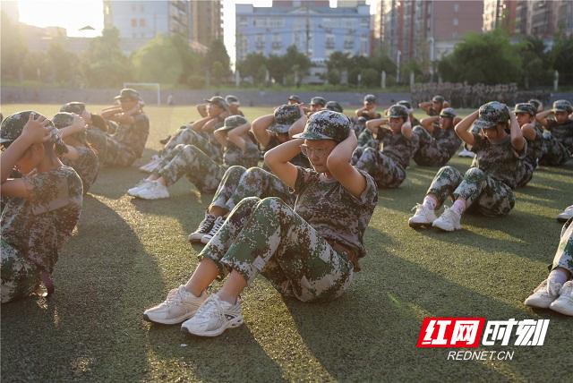 7、2020年8月25日,湖南省永州市零陵区永州一中校内,高一新生在进行体能训练。潘爱民摄.jpg