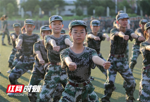 8、2020年8月25日,湖南省永州市零陵区永州一中校内,高一新生在进行体能训练。潘爱民摄.jpg