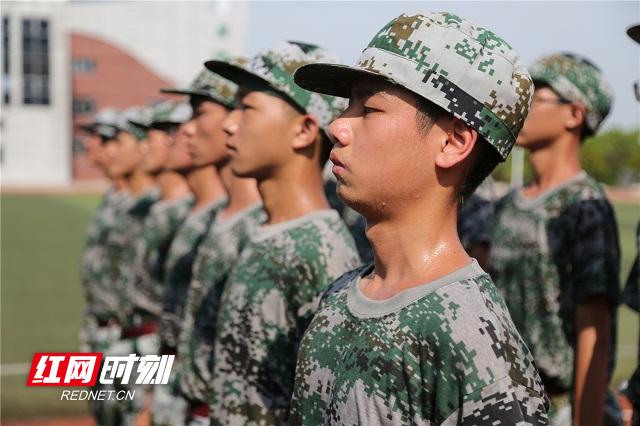 9、2020年8月25日,湖南省永州市零陵区永州一中校内,高一新生在站军姿。潘爱民摄.jpg