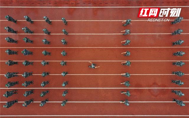 15、2020年8月26日,湖南省永州市零陵区永州一中校内,军训教官教高一新生练习齐步走。(无人机照片)潘爱民摄.jpg