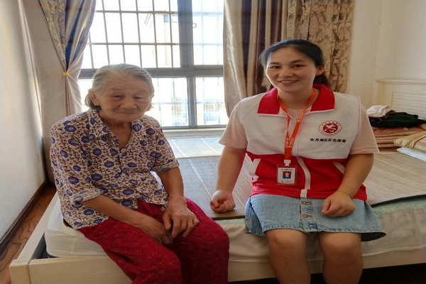 志愿者和空巢老人亲切交谈图片.jpg
