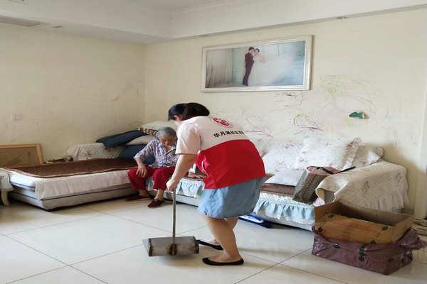 志愿者上门打扫卫生图片.jpg