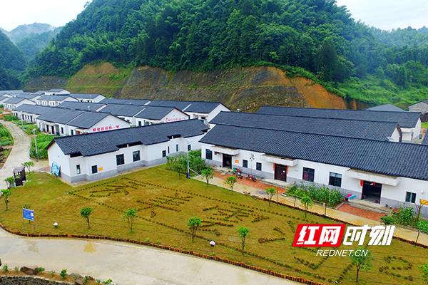 云河村村民搬进新房。.jpg