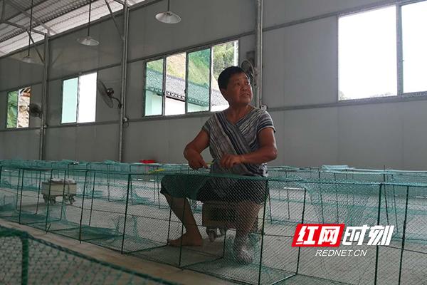 毛茶香在车间编织渔网。.jpg